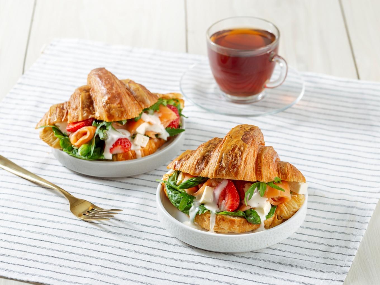 Sandwich Croissant Stroberi dan Keju Feta